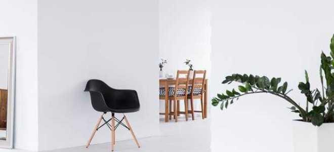 Белые стены и коричневая мебель