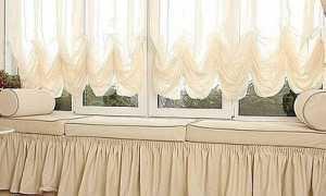 Шторы на окно с подоконником столом