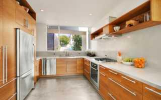 Кухонный гарнитур с мойкой под окном