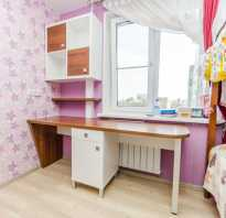 Детский стол со шкафом возле окна